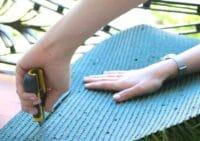 cortando cesped artificial